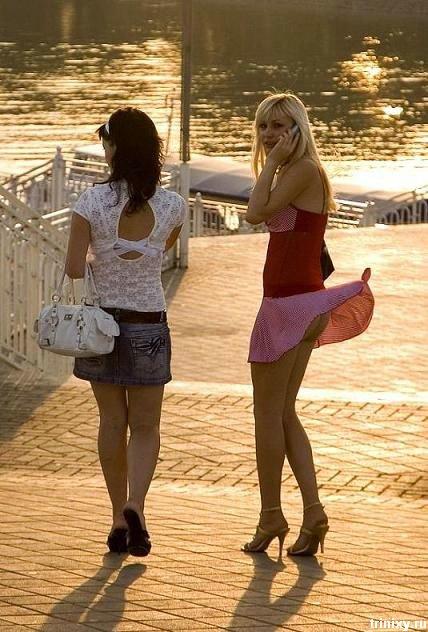 Вдеушкы поднялась юбка фото 634-810