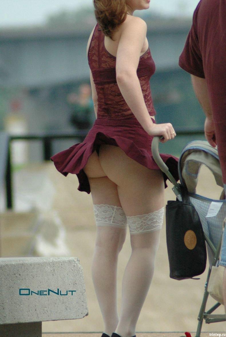 Подруга задирает юбку
