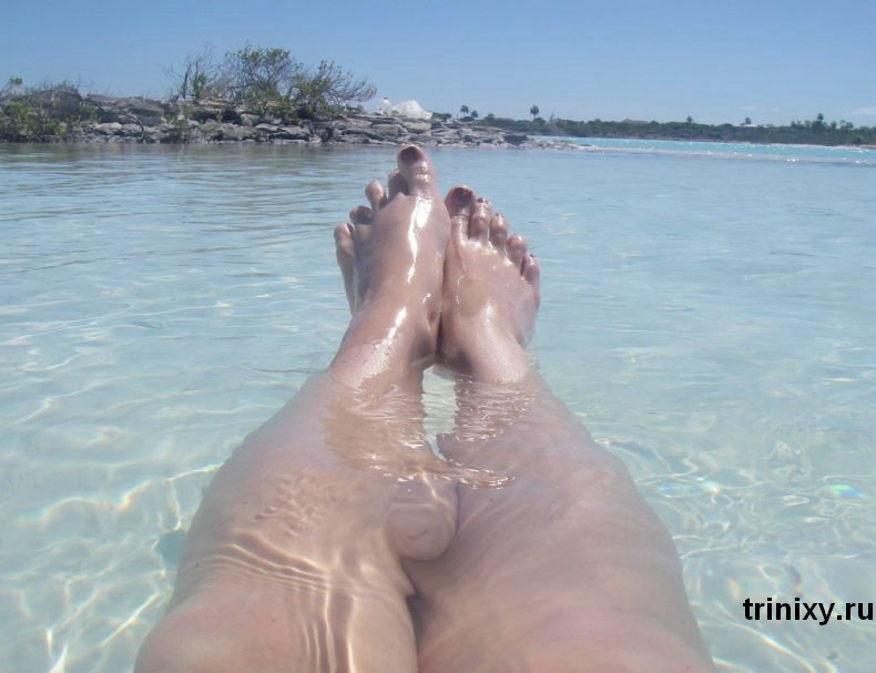 Софи Ховард и неизвестная девушка на море (30 фото) НЮ