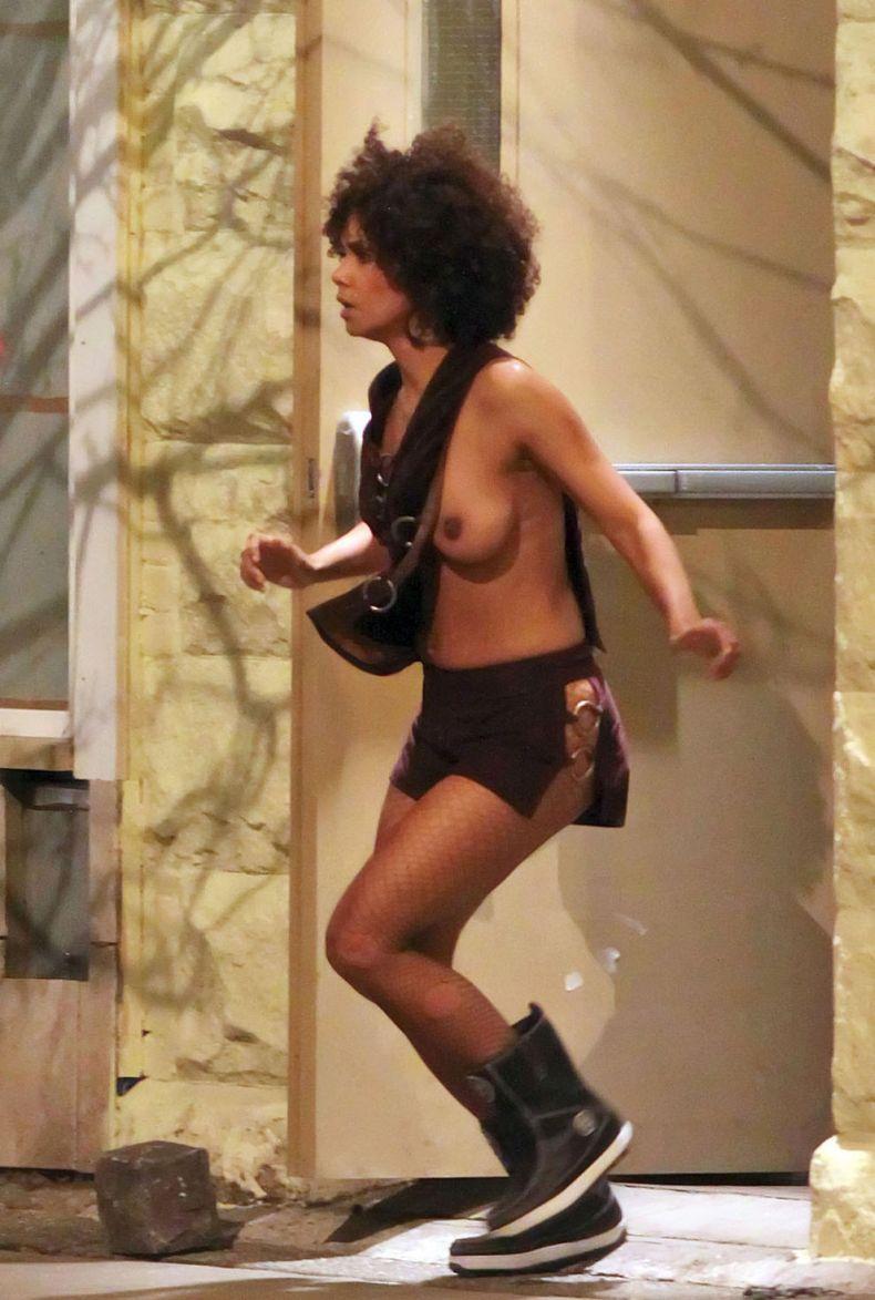 На съемках у Хэлли Берри выпала грудь (6 фото)