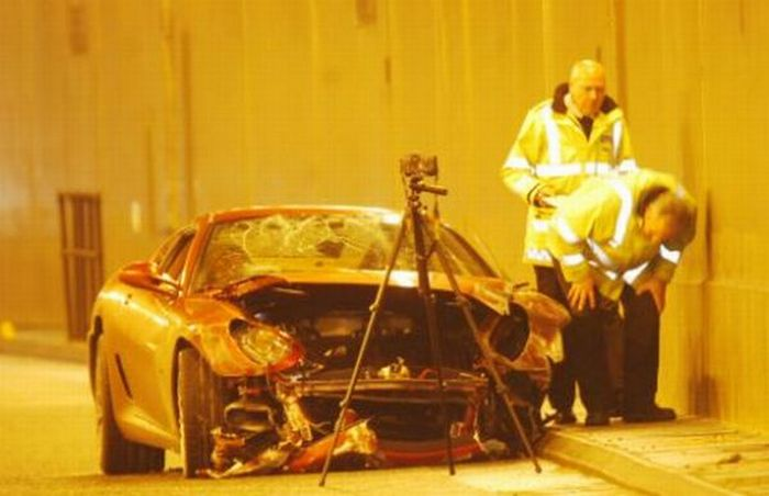 Криштиану Роналдо попал в аварию на «Феррари» (11 фото)