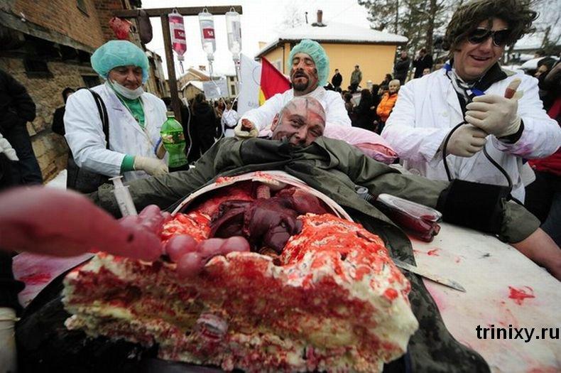 Жуткий карнавал в Македонии (14 фото)