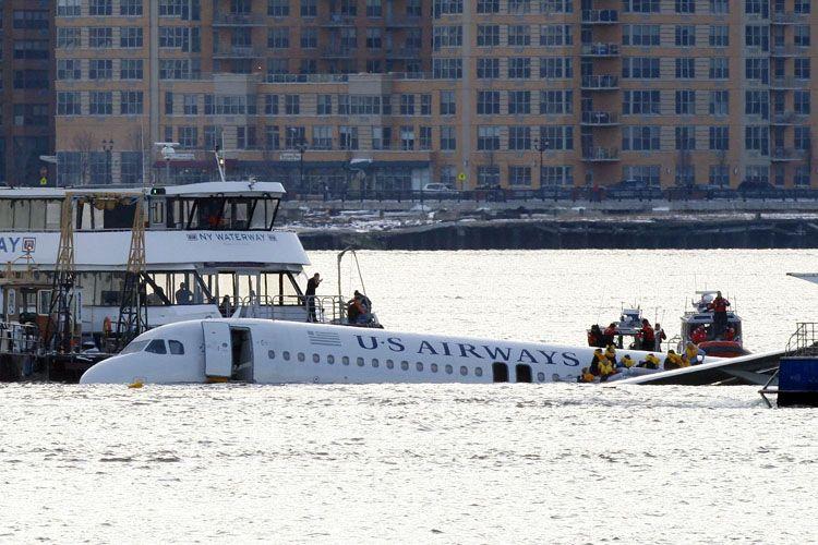 Вчерашнее падение самолета в Нью-Йорке (25 фото)