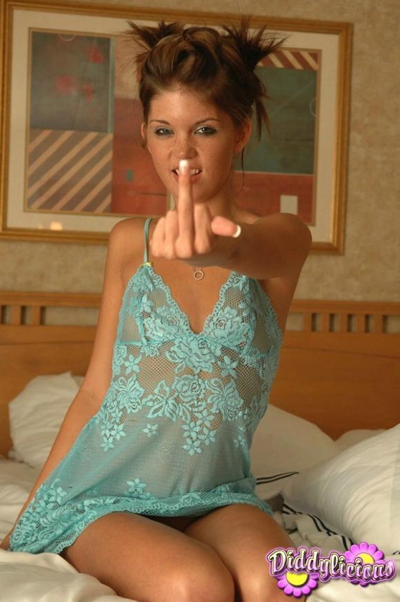 Девушки показывают палец (22 фото)