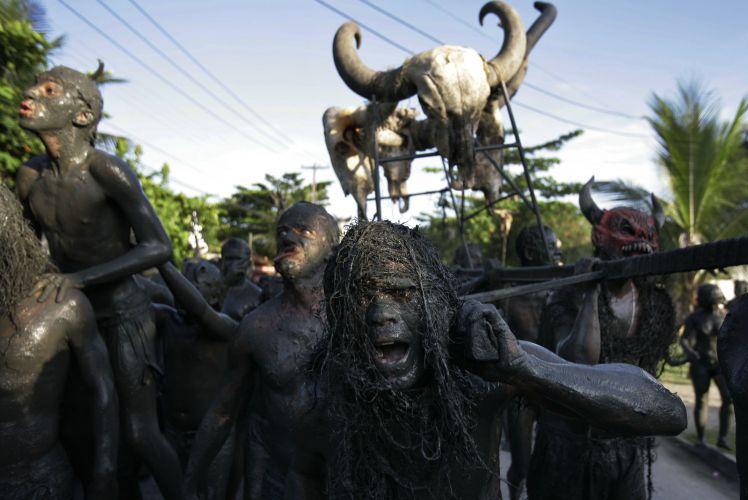 Грязный карнавал в Бразилии (19 Фото)