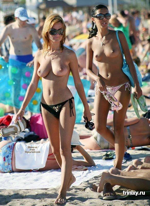 Краля сняла лифчик на общественном пляже