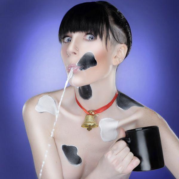 Девушки и молоко (11 фото)