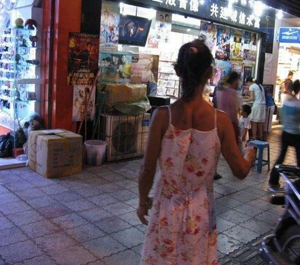 Симпатичная китайская девушка гуляет по улице (7 фото)