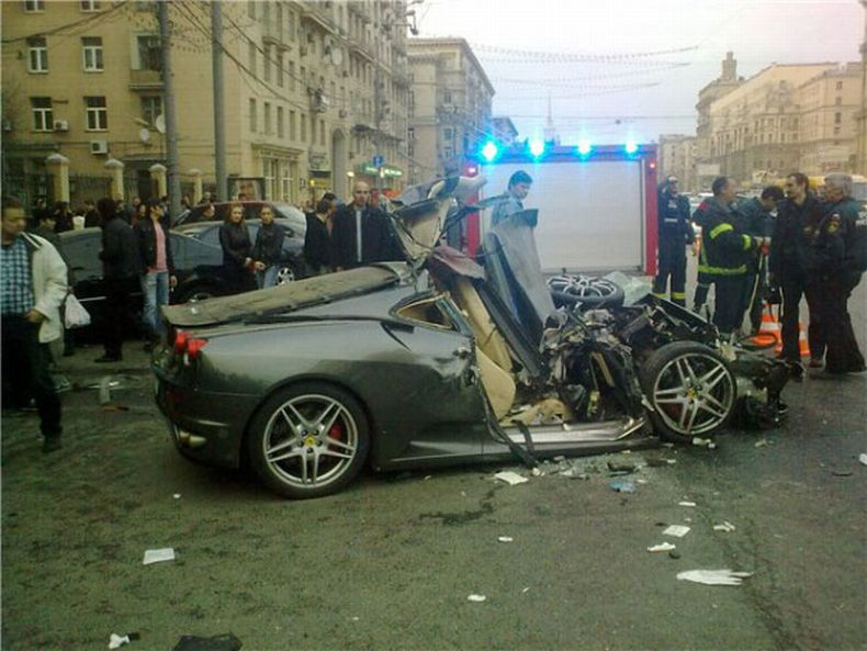 В Москве разбили Ferrari (5 фото)