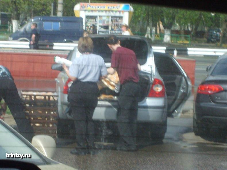 Погрузка булочек в левую машину (5 фото)