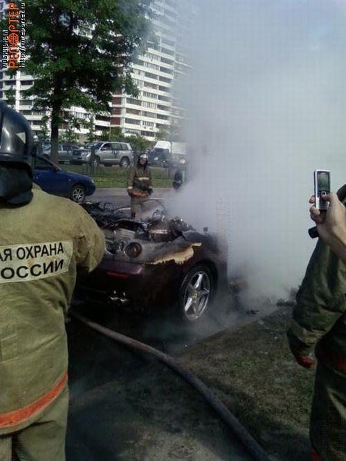 В Москве сгорел новенький Ferrari (30 фото )
