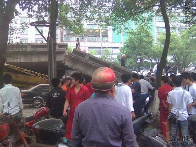 В Китае рухнул мост (13 фото)