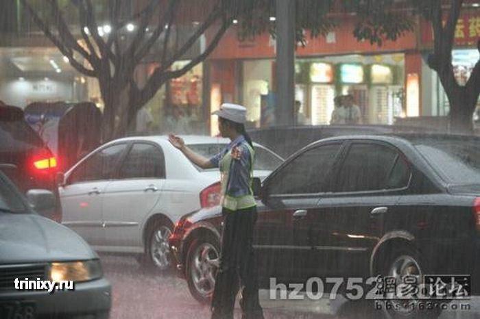 Китайская девушка на посту (6 фото)