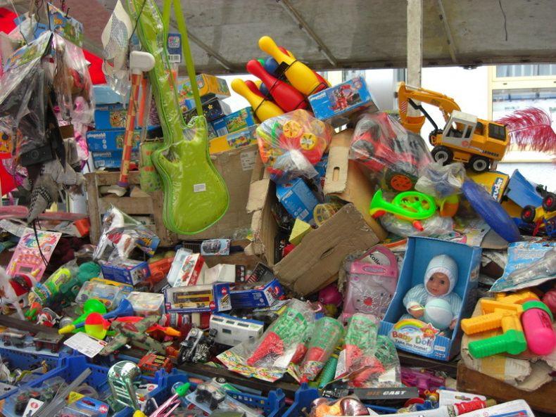 Здесь лучше не покупать игрушки (6 фото)