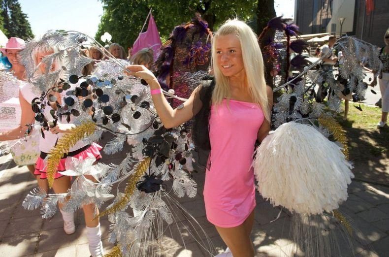 Вчера в Риге состоялся парад по поводу Дня блондинки (12 фото)