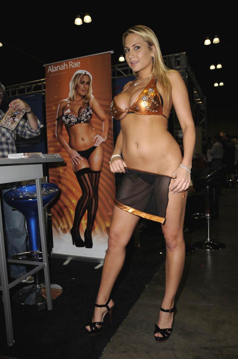 Девушки с порно-фестиваля (11 Фото) .