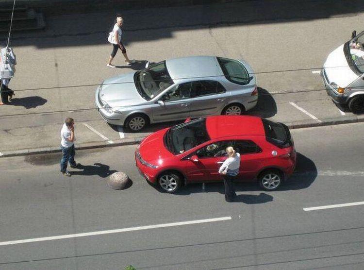 Блондинка и парковка (5 фото)
