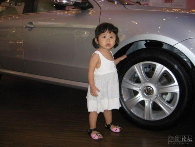 Прикольная малышка с автовыставки (3 фото)