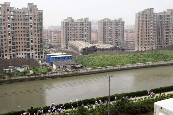В Шанхае странным образом обрушился 13-этажный дом (6 фото)