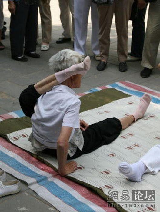 80-летняя фанатка йоги (10 фото)