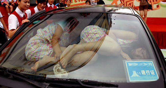 Сколько китайцев поместится в одной машине (5 фото)