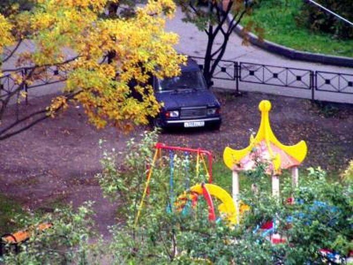 В этом дворе не надо оставлять машину на детской площадке (2 фото)
