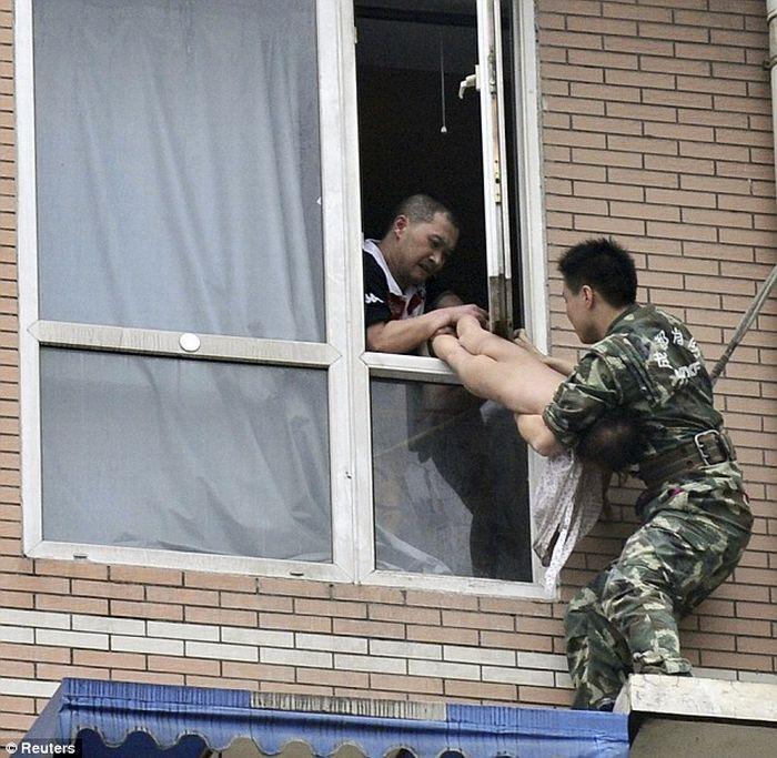 Спасение ребенка в Китае (7 фото)