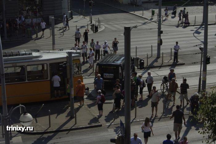 Hummer против трамвая (16 фото)