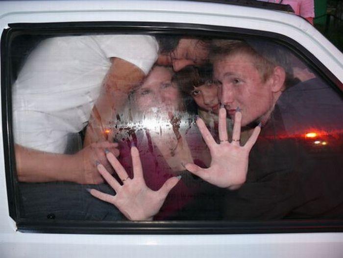 15 человек в одном автомобиле ОКА (5 фото)