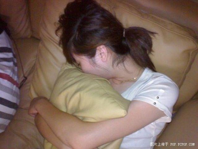 Спящие люди в китайских интернет-кафе (34 фото)