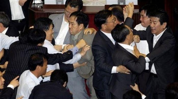 Драка в парламенте Южной Кореи (20 фото + видео)