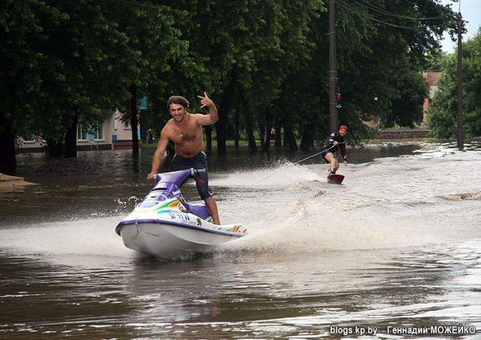 Отжиг на затопленных улицах Минска (8 фото)