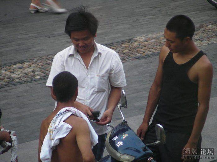 Торговля оружием на улицах Китая (11 фото)