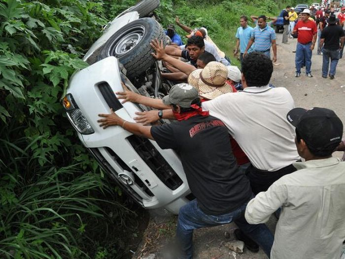 Как поступают с полицейскими машинами в Гондурасе (6 фото)