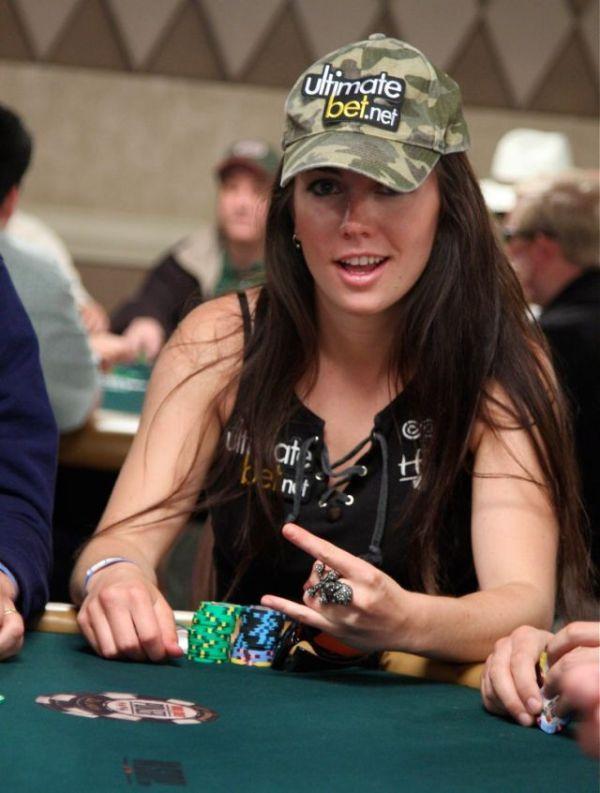 Девушки играют в покер на раздевание видео