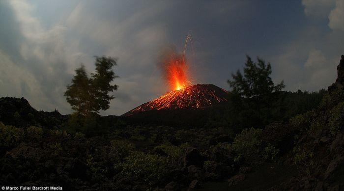 Извержение вулкана в Индонезии (8 фото)