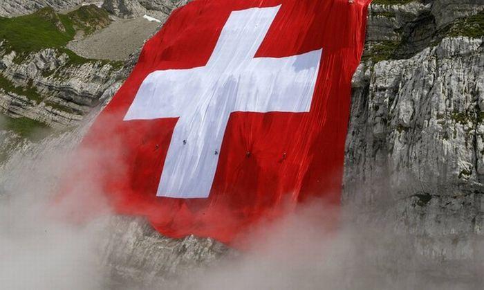 Самый большой швейцарский флаг в мире (16 фото)