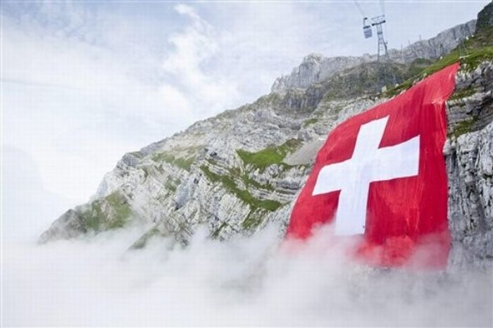 Самый огромный швейцарский флаг в мире (16 фото) .