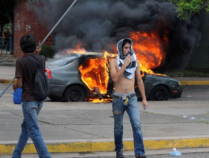 В Гондурасе продолжают уничтожать автомобили (4 фото)