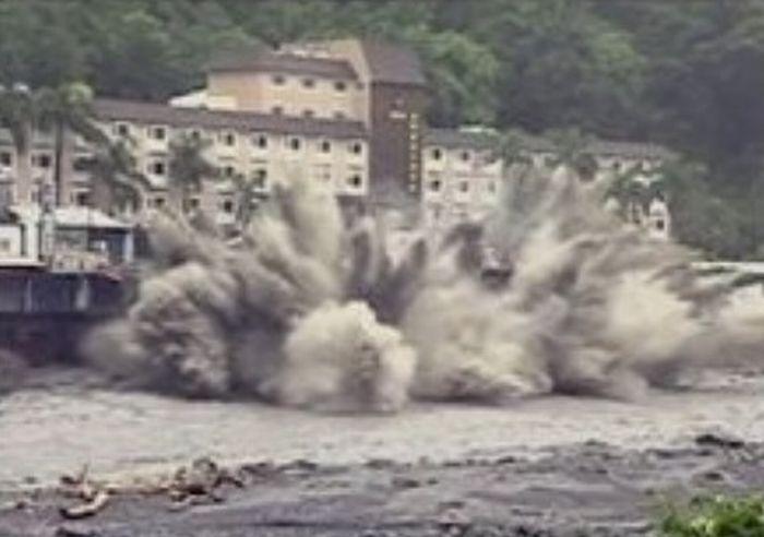 Гостиница не выдержала тайфун Моракот (7 фото)