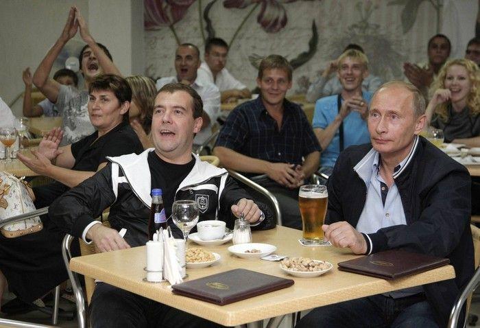 Как Путин и Медведев вчера футбол смотрели (6 фото)