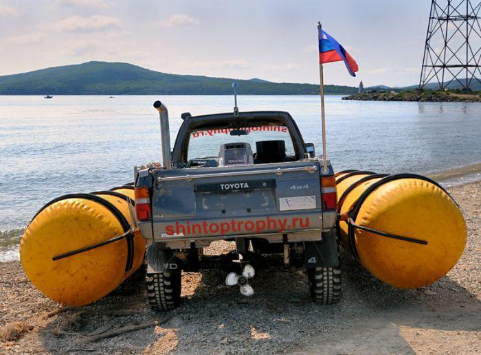 Из машины сделали лодку (6 фото)