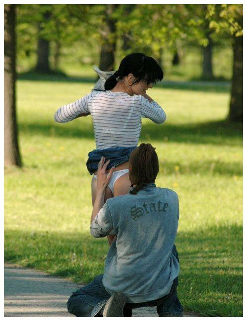 Мальчик снимает трусики с девочки фото 154-584