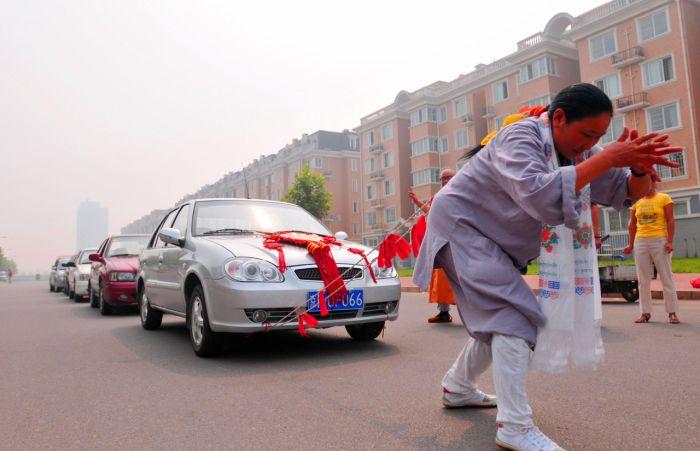 Китайская женщина протащила волосами шесть машин (6 фото)