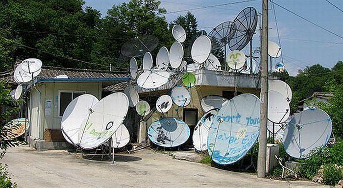 Спутниковые тарелки в различных уголках мира (37 фото)
