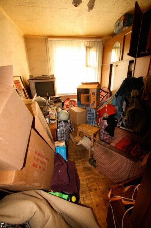Самая захламленная квартира России (8 фото)