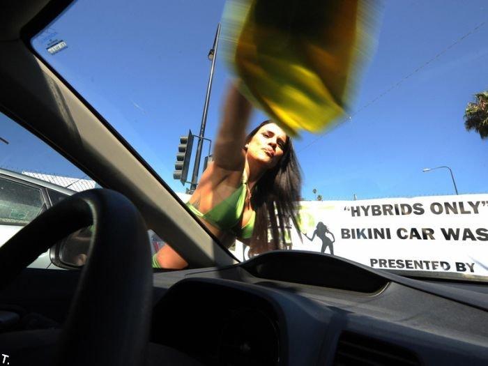 Бесплатная автомойка в бикини. Но не для всех (21 фото)