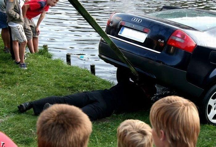 Машина в фонтане (6 фото)