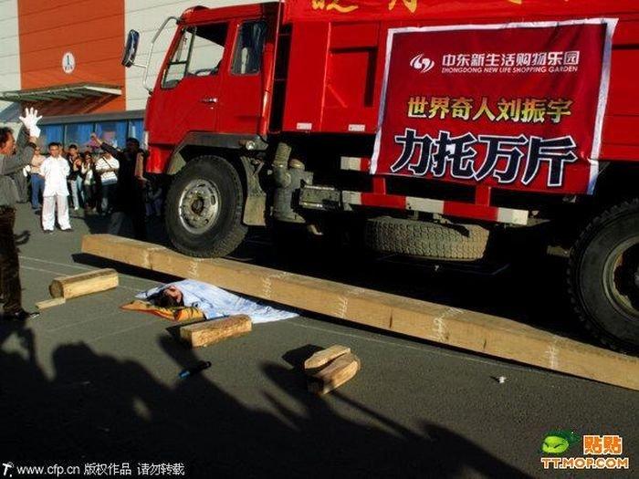 Трюки на открытии нового торгового центра в Китае (4 фото)