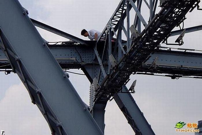 Акция протеста на мосту в Китае (9 фото)